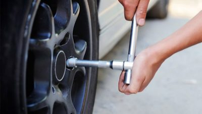 diesel-electric-tips-changing-tyre